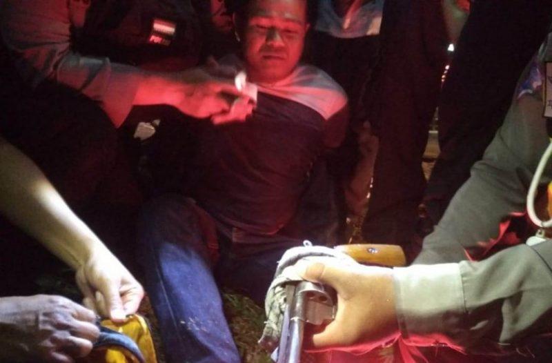 Pengendara berpistol saat diamankan bersama barbuk oleh anggota Polres Palangka Raya Sabtu (26/10/2019) tadi malam.