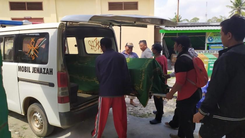 Jasad korban saat bersiap hendak dimakamkan warga seusai dari kamar jenazah RSUD Imanuddin Pangkalan Bun, Minggu (27/10/2019).