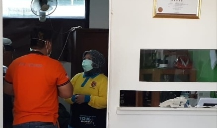 Bupati Kobar Hj Nurhidayah saat menjenguk jasad korban di kamar mayat RSUD Imanuddin Minggu (27/10/2019).