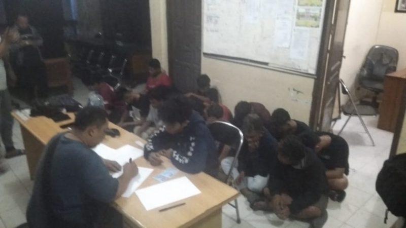 Keenam belas remaja saat diamankan di Kantor Satpol PP Kobar Minggu (27/10/2019) malam.