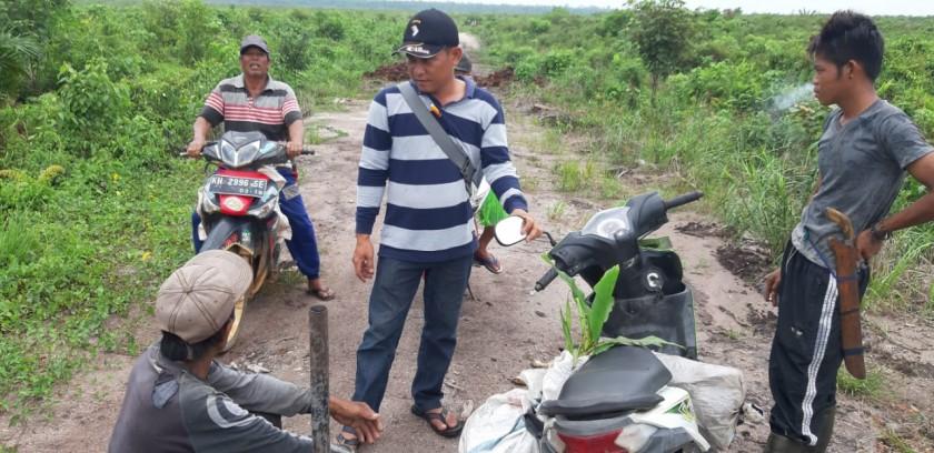 Warga pemilik lahan saat berada di lahan yang diklaim telah diserobot pihak perusahaan.