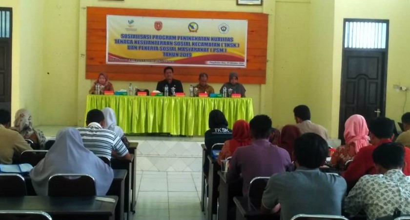 Dinsos Kobar saat menggelar kegiatan sosialisasi di Aula Kecamatan Arsel Selasa (29/10/2019).
