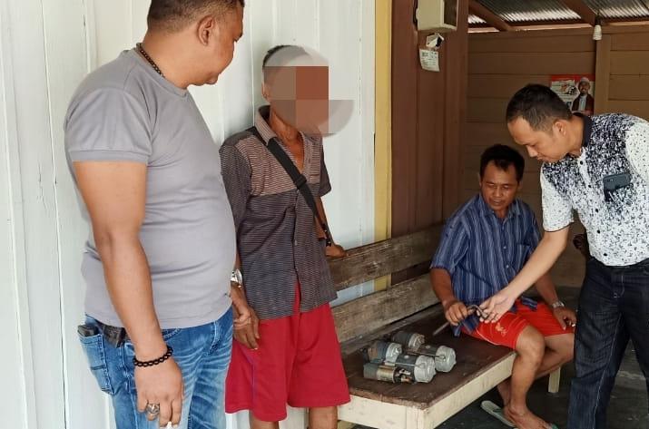 Anggota Polsek Rakumpit saat mengamankan pelaku bersama barang bukti curian Rabu (30/10/2019).