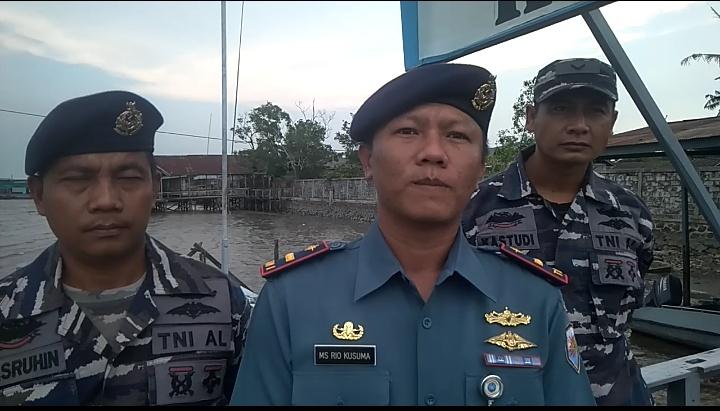 Danpos AL Kumai Letda Laut (P) MS Rio Kusuma saat memberikan keterangan kepada awak media.