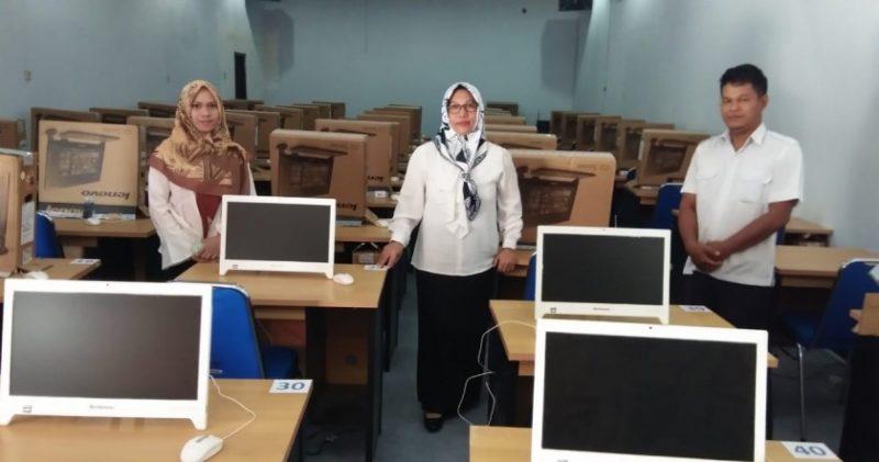 Kepala BKPP Kobar Aida Lailawati bersama stafnya saat memperlihatkan tempat pelaksanaan ujian tes CPNS sistem CAT di Aula BKPP setempat Rabu (30/10/2019).