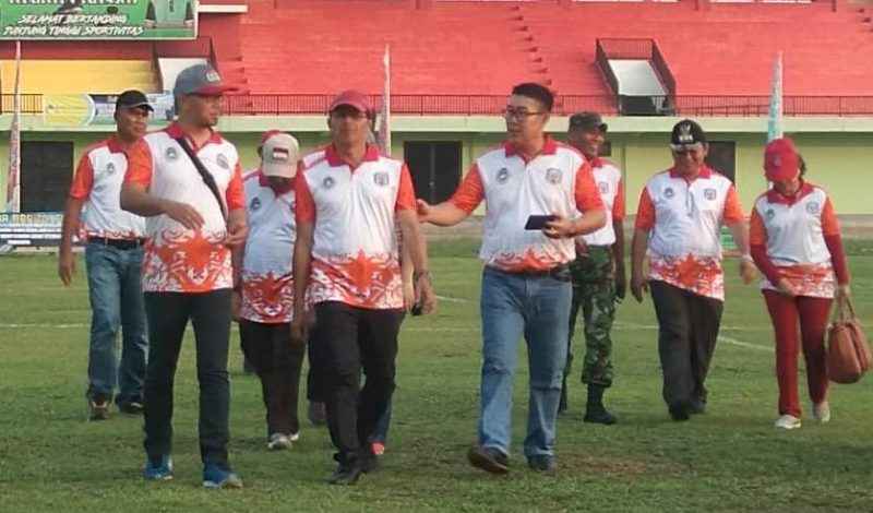 Bupati Mura Perdie M Yoseph saat meninjau lapangan sepak bola ketika membuka turnamen Bupati Cup Rabu (30/10/2019).