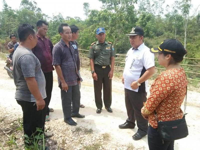 Camat Murung Banjang Jalin saat melakukan koordinasi dengan aparatur desa Malasan ketika menggelar monitoring ke desa setempat Kamis (31/10/2019).