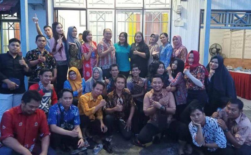 Camat Murung Banjang Jalin bersama istri dan pegawai Kecamatan Murung saat poto bersama saat merayakan ulang tahun anaknya di kediamanya baru-baru ini.