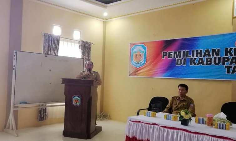 Camat  Murung Banjang Jalin saat memberikan sambutan pada kegiatan sosialisai Pilkades Serentak belum lama ini.