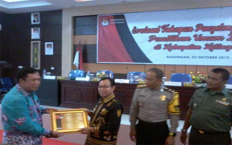 Ketua KPU Katingan Subandi saat menyerahkan piagam penghargaan kepada Bupati Katingan Rabu (2/10/2019).
