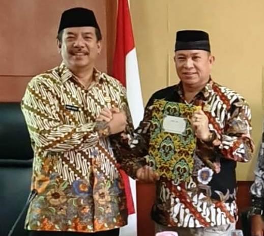 Ketua DPRD Murun Raya Doni SP saat menerima surat pendapat hukum dari Kepala Kejari Mura Robert belum lama ini.