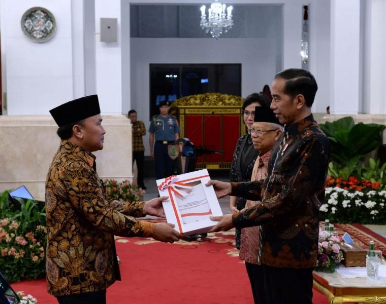 Gubernur Kalteng Sugianto Sabran saat menerima DIPA dan TKDD dari Presiden Jokowi didampingi Wapres Ma'ruf Amin di Istana Negara, Kamis (14/11/2019).