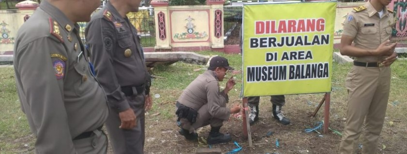 IST- Petugas Satpol PP Kota Palangka Raya saat memasang spansuk larangan bagi PKL.