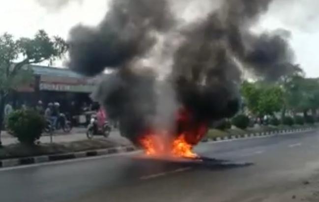 Kobaran api saat melahap sepeda  motor korban yang membawa BBM Sabtu (2/10/2019).