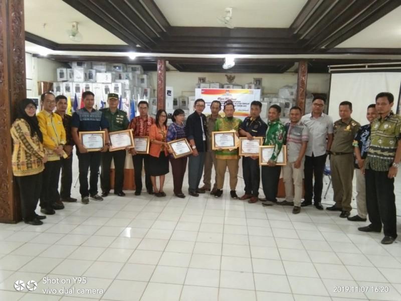 Foto : Anggota KPU Barsel saat foto bersama usai penyerahan piagam penghargaan.