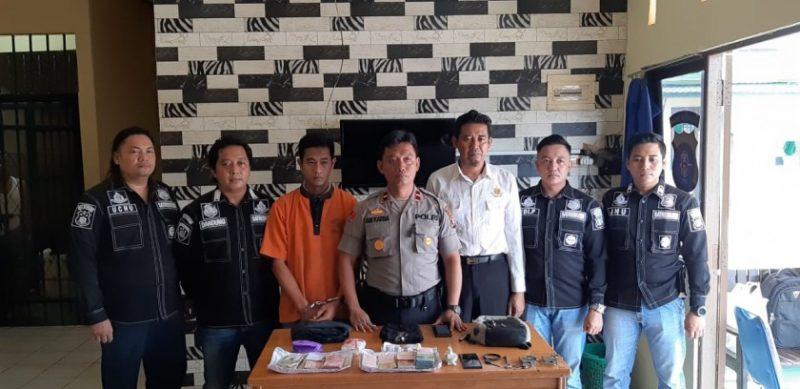 Teks foto: Tersangka Bram Dwitren (24) saat diamankan aparat Kepolisian Sektor Dusun Selatan, Minggu (10/11/2019).