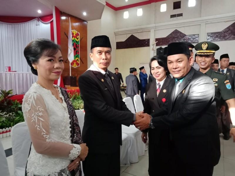 Wakil Ketua II DPRD Mura Rahmanto Muhidin saat berjabat tangan dengan Sekda Definitif Mura Hermon F Lion usai dilantik Jumat (15/11/2019).