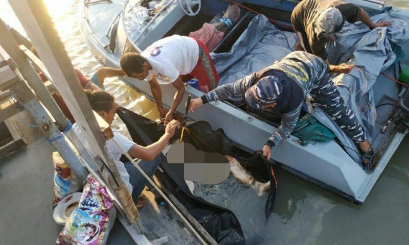 Petugas TNI AL dan warga saat mengevakuasi mayat yang ditemukan tewas mengapung di perairan TNTP saat dibawa ke Kumai Rabu (6/11/2019).