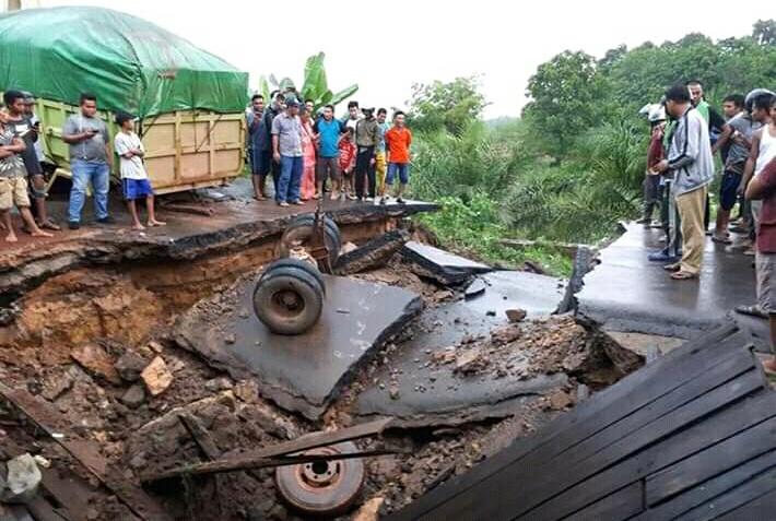 Kondisi ruas Jalan Trans Kalimantan di KM 124 Desa Asam Baru saat ambruk Senin (18/11/2019).