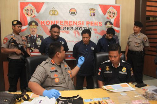 Kapolres Kotim AKBP M Rommel saat mengintrogasi ketiga tersangka di Mapolres Kotim Kamis (7/11/2019).