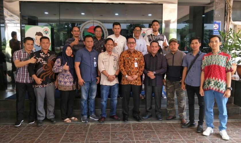 Wakil Ketua II DPRD Mura Rahmantp bersama Tenaga Ahli dari Pemprov Kalteng dan rombongan saat poto bersama dengan pihak Dirjen PMD ketika mengunjungi instansi setempat di Jakarta Jumat (1/11/2019).