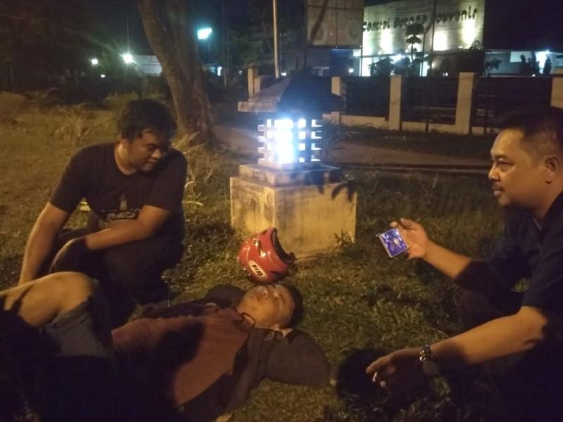 Seorang pemuda dalam kondisi diduga terpengaruh minuman keras saat tertidur nyenyak tepi Jalan Imam Bonjol Palangka Raya, Minggu (3/11/2019) dini hari.