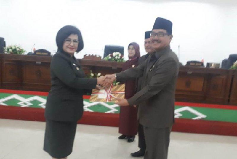 Ketua DPRD Barsel Ir Farid Yusran MM saat menyerahkan Hasil Reses kepada Wakil Bupati Barsel Satya Titiek Ariyanti Djodir Senin (4/11/2019).