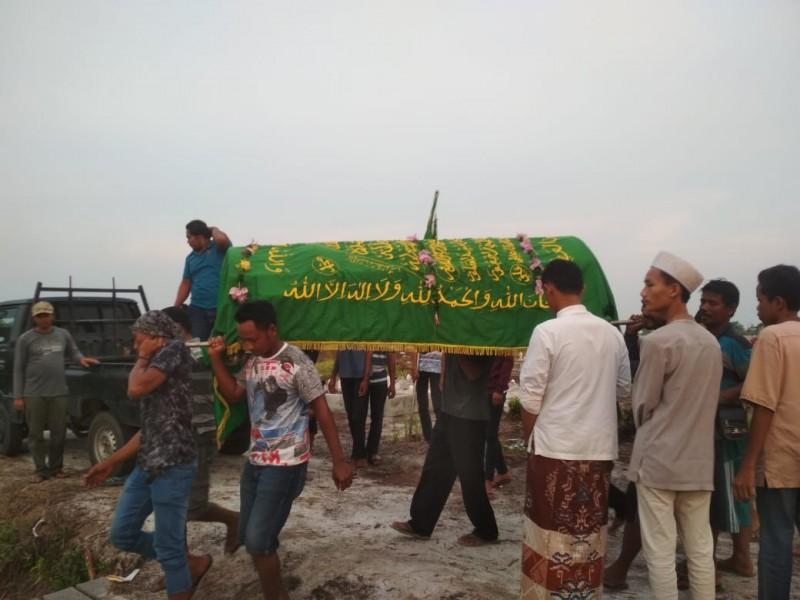 Jasad korban saat dimakamkan keluarga dan warga Senin (4/11/2019).