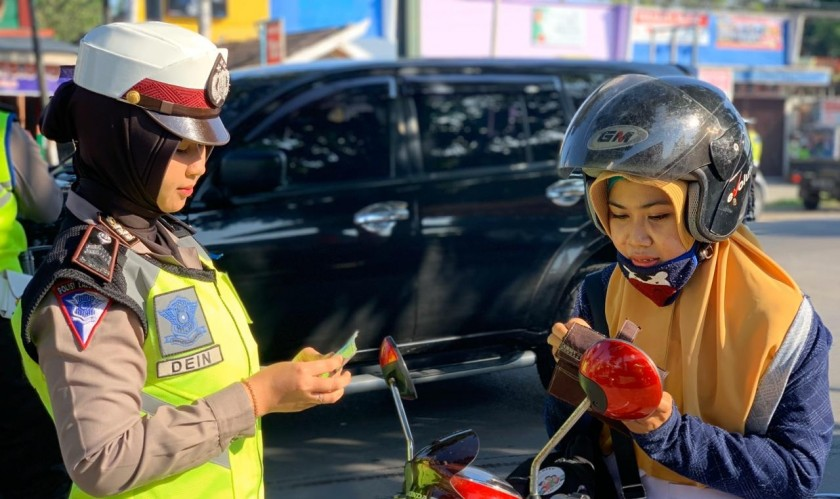 Petugas Satlantas saat memeriksa kelengkapan surat menyurat kendaraan pada giat hari terakhir Selasa (5/11/2019).