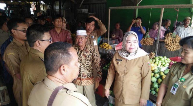 Bupati Kobar Hj Nurhidayah saat meninjau Pasar Saik Kumai Hilir yang ditargetkan menjadi pusat pembangunan Fish Market pada tahun 2020 mendatang, Selasa (5/11/2019).