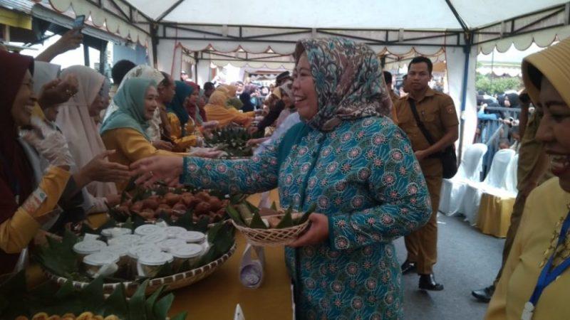 Bupati Kobar Hj Nurhidayah saat menghadiri kegiatan mehampar wadai Selasa (5/11/2019).