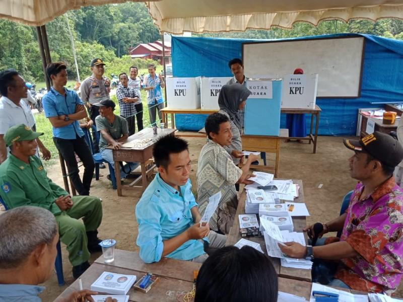 Warga saat mengunakan hak pilihnya pada Pilkades Serentak Rabu (6/11/2019).