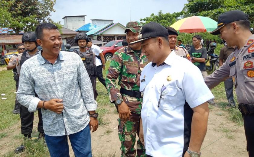 Camat Murung Banjang Jalin saat ikut memantau pelaksanaan Pilkades Serentak di Desa Danau Usung Rabu (6/11/2019).