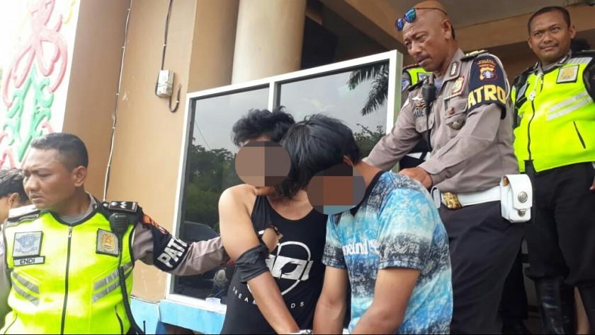 Kedua pelaku saat digiring anggota Satlantas Polresta Palangka Raya Rabu (6/11/2019).