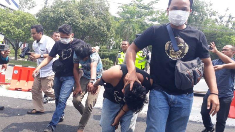 Kedua pelaku saat diamankan anggota polisi Rabu (6/11/2019).