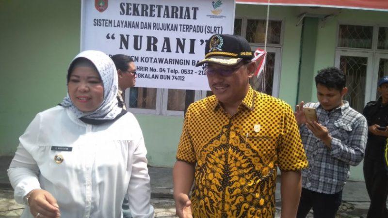Bupati Kobar Hj Nurhidayah bersama Ketua DPRD Kobar Rusdi Gozali saat meninjau lokasi sekretariat Nurani.