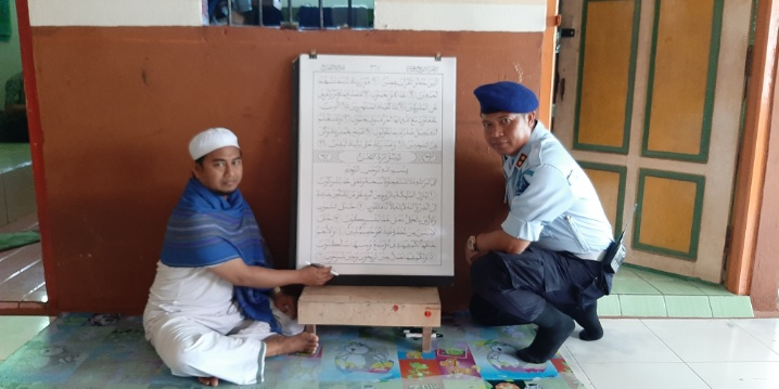 Napi Lapas Pangkalan Bun saat memperlihatkan Alquran besar buatannya didampingi petugas lapas setempat Jumat (8/11/2019).