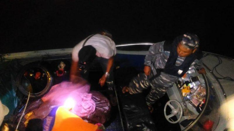 Jasad korban saat dievakuasi warga dan petugas TNI AL.