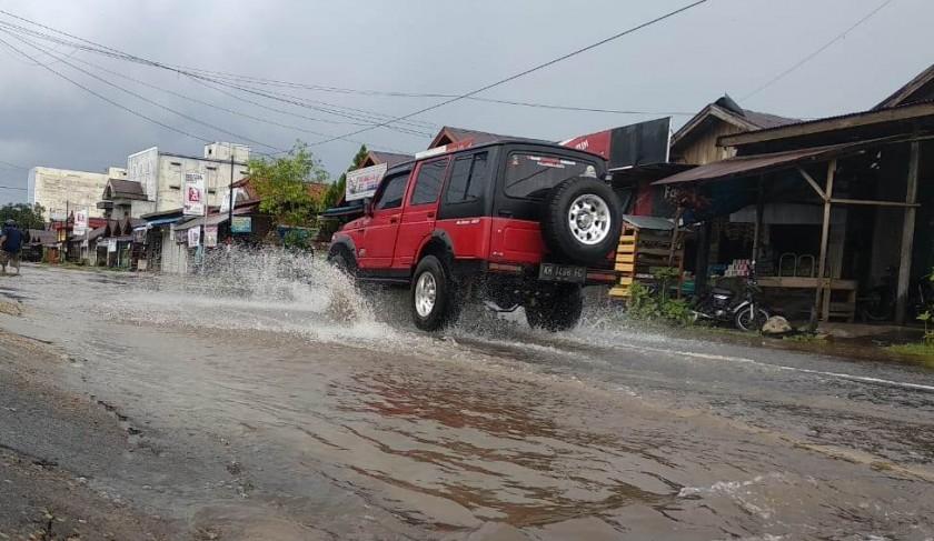 Ruas Jalan Tjilik Riwut KM 15 Desa Hampalit direndam banjir Sabtu (9/11/2019).