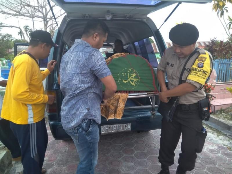 Anggota Polres Kobar saat memakamkan jasad korban Minggu (10/11/2019).