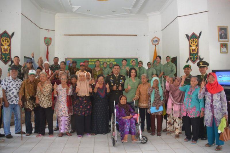 Dandim  Kodim 1016/Plk Kolonel Inf I Gede Putra Jaya saat poto bersama lansia di panti jompo Minggu (10/11/2019).