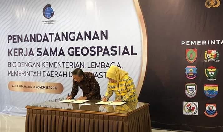 Bupati Kobar Hj Nurhidayah saat menandatangan MoU Jumat (8/11/2019).