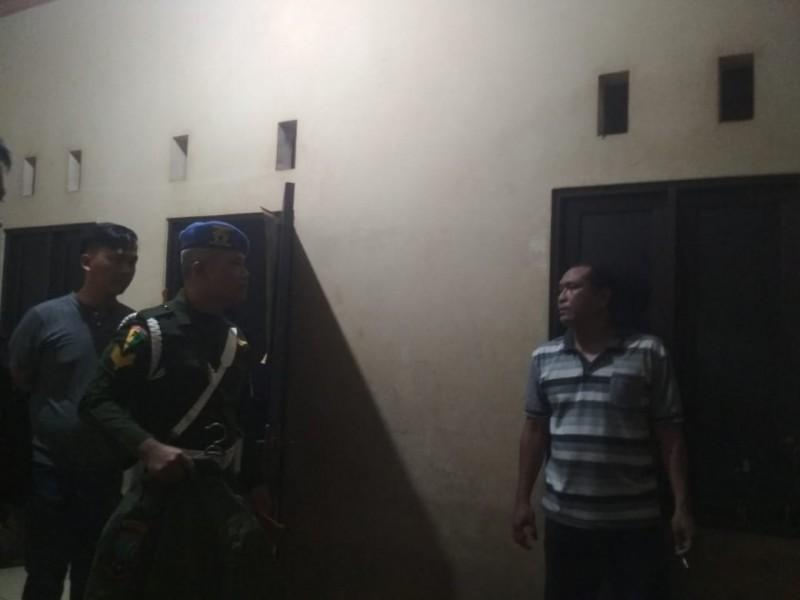 Anggota Subdenpom Palangka Raya saat menggerebek rumah oknum anggota TNI yang dijadikan tempat pesta miras Senin (11/11/2019) dini hari.