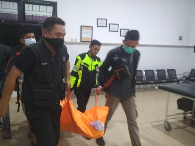 Petugas kepolisian saat mengevakuasi jasad korban Senin (11/11/2019).