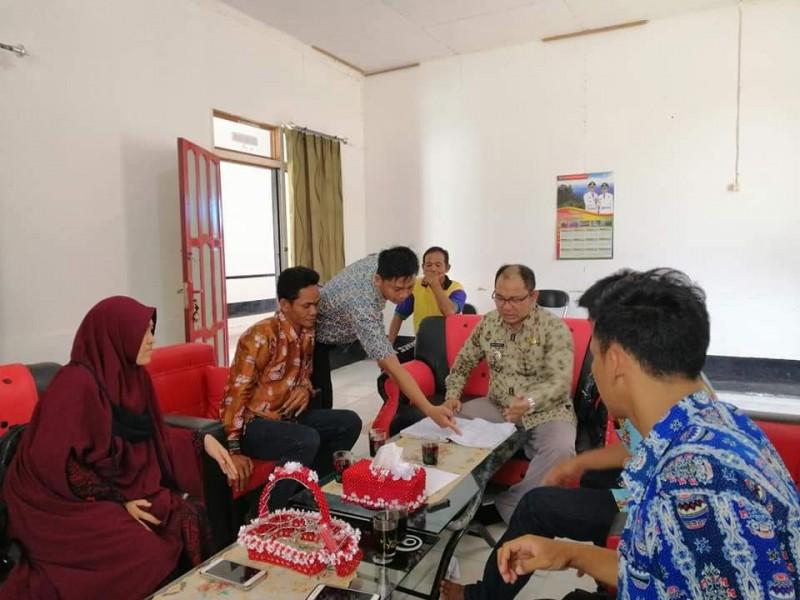 Camat Murung Banjang Jalin saat menggelar pertemuan dengan aparaturnya Rabu (13/11/2019).