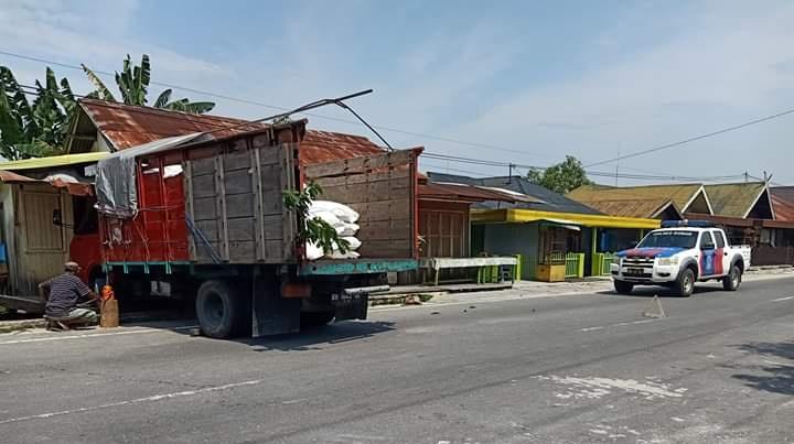 Truk saat masih menabrak rumah warga Kelurahan Mendawai Rabu (13/11/2019).