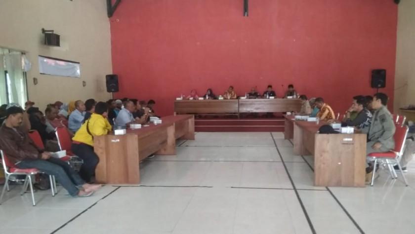 Satpol PP Kobar dan pihak terkait serta pedagang saat menggelar rapat kesepakatan batas akhir pemindahan tempat berjualan Kamis (14/11/2019).