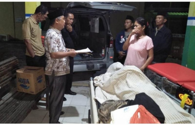 Petugas Lapas saat melakukan serah terima atas penyerahan jenazah korban kepada pihak keluarga Kamis (14/11/2019).
