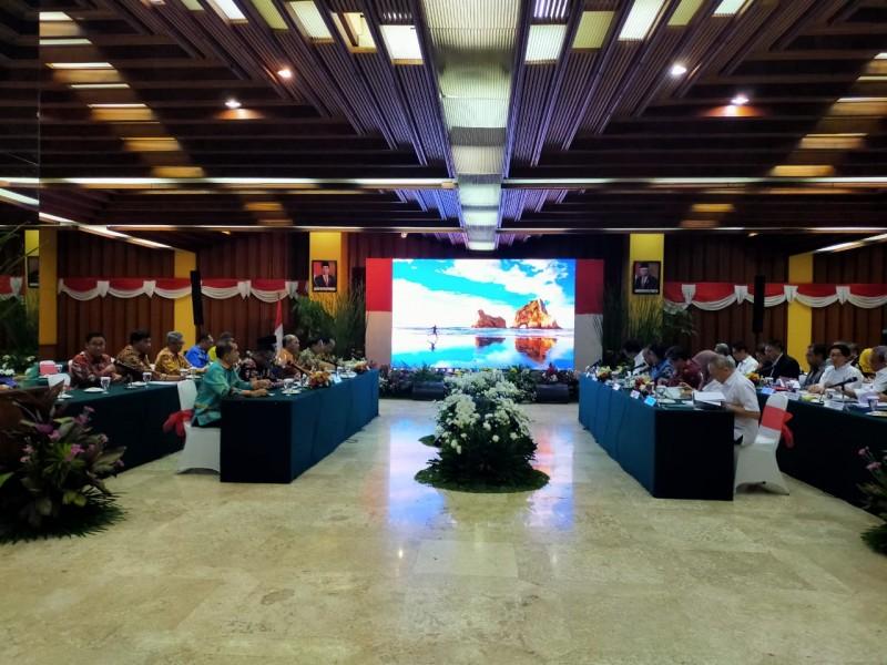 Gubernur Kalteng Sugianto Sabran saat menghadiri rakon penyelesaian masalah LHK di Kemen LHK RI Kamis (14/11/2019).
