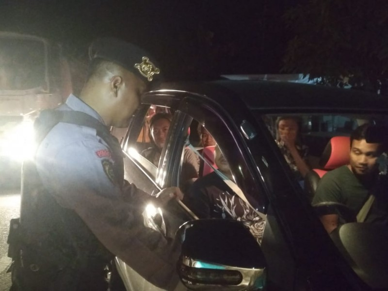 Anggota Polresta Palangka Raya saat melakukan pemeriksaan ketika dilaksanakannya giat rutin Jumat (16/11/2019).